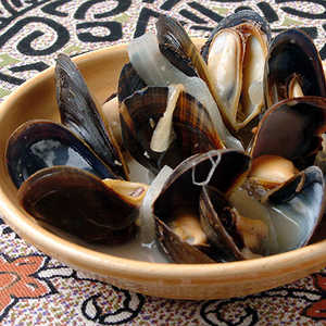 Steamed Mussels with Lemon, Onion, and Wine (Mijillones al Limón) Recipe