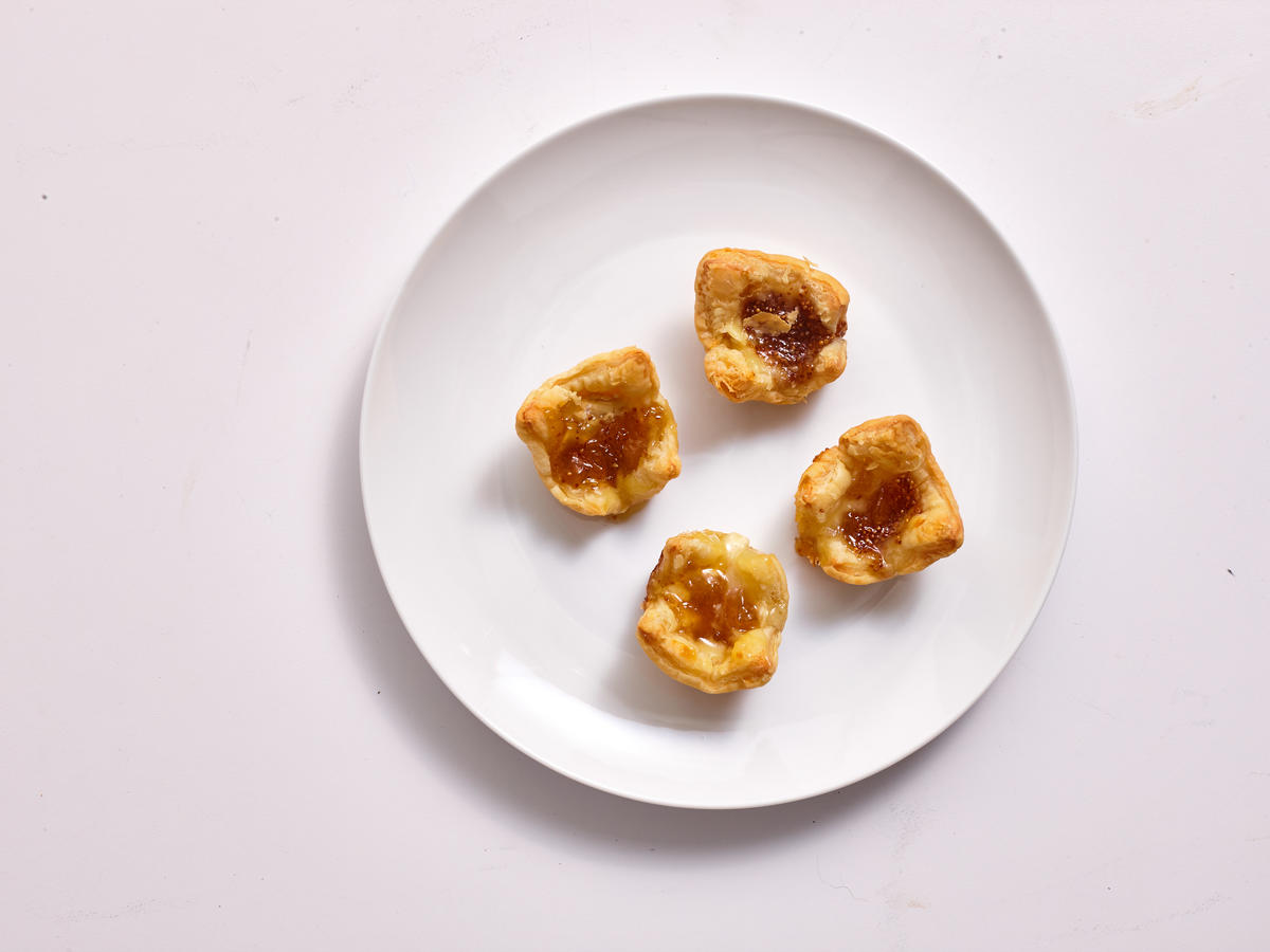 Brie-and-Fig Puffed Pastry Bites