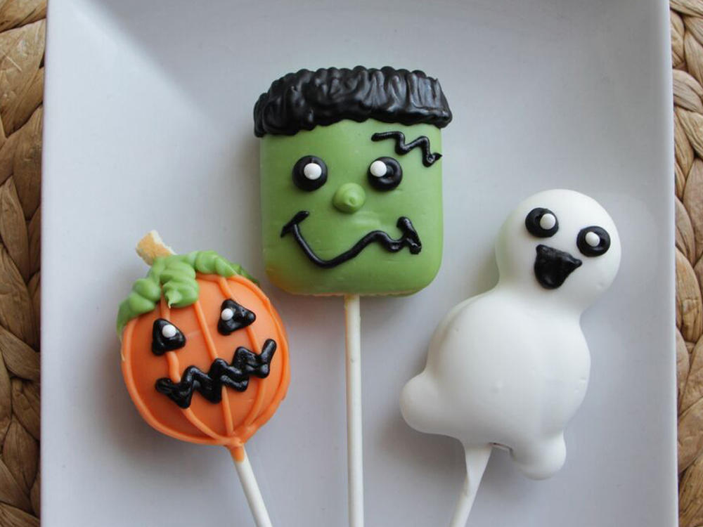 <p>Halloween Cookie Pops</p>